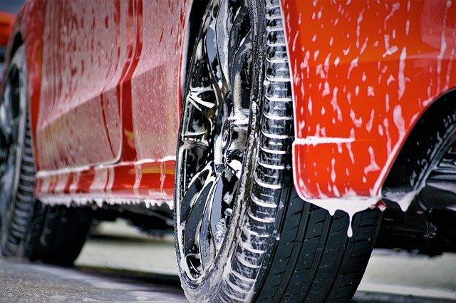 Pracownik myjni samochodowej